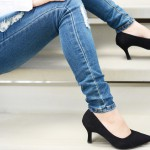 ヒール靴を履く女性